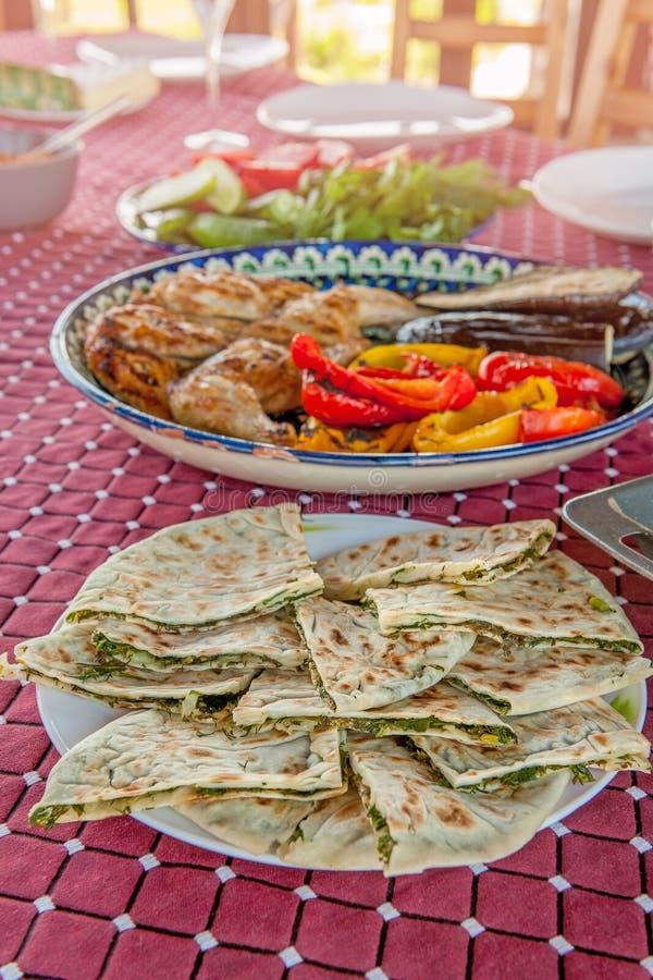 Feuilles minces de lavash avec les herbes et le fromage sur la table Fin vers le haut image stock