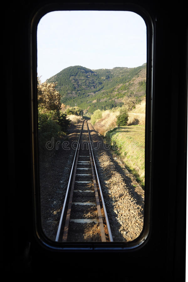 feuilles par chemin de fer images stock