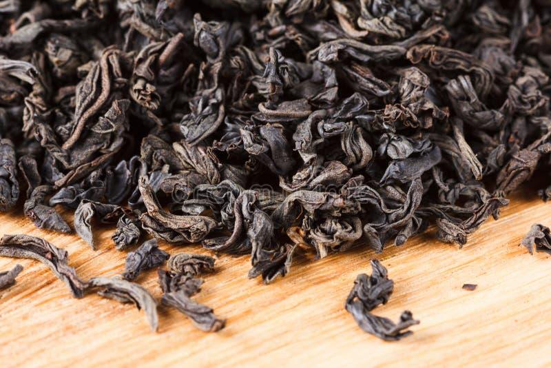 Feuilles sèches de thé noir Macro, fond photos libres de droits