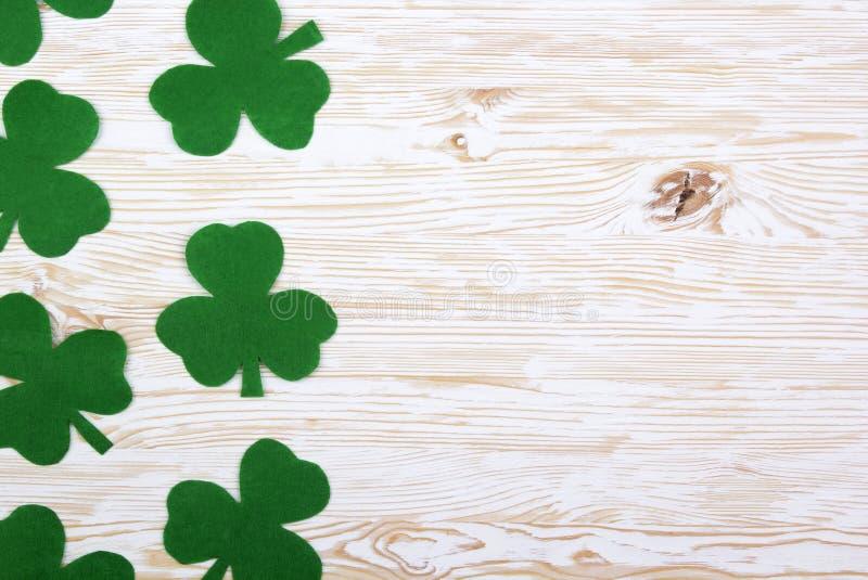 Feuilles vertes de trèfle de tissu sur le fond en bois photo libre de droits