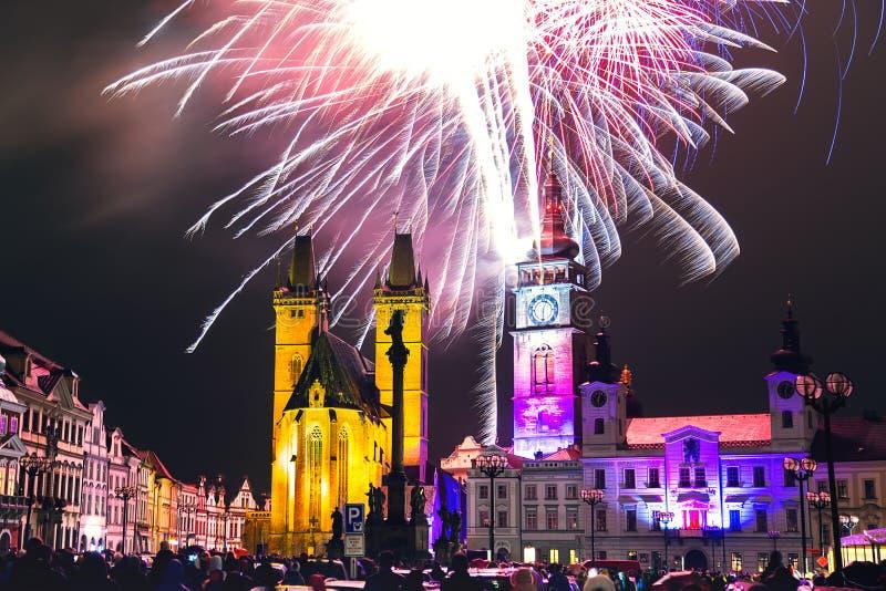 Feux d'artifice au centre de la ville de Hradec Kralove, République Tchèque images libres de droits
