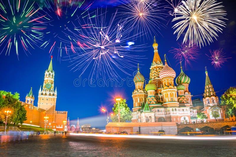 Feux d'artifice au-dessus de cathédrale et de Kremlin du ` s de St Basil sur la place rouge la nuit, Moscou Russie image stock