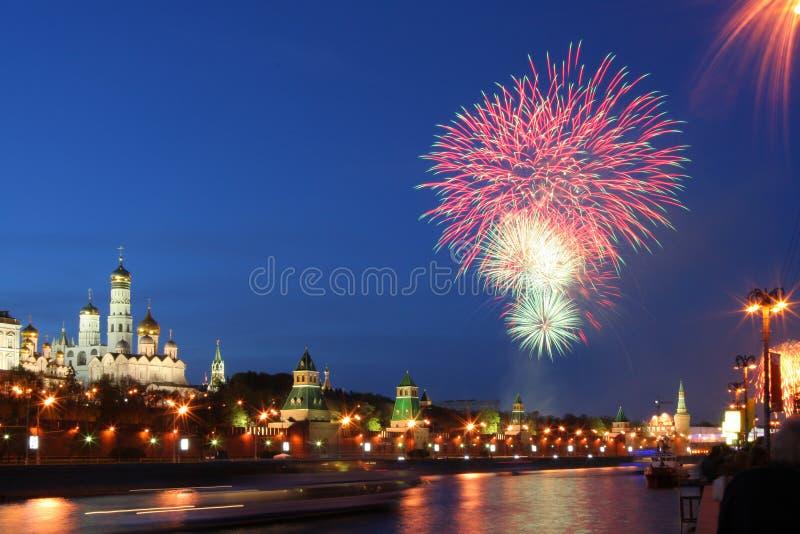 Feux d'artifice au-dessus de Kremlin images libres de droits