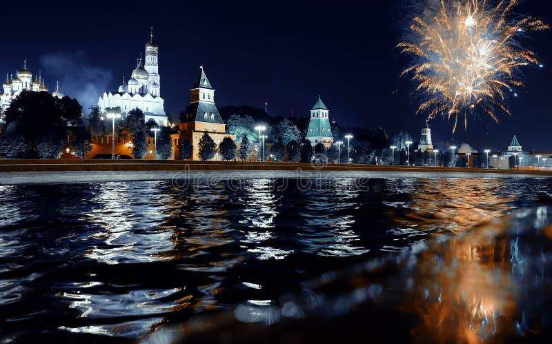 Feux d'artifice au-dessus de Kremlin, Moscou, Russie ?t? image stock