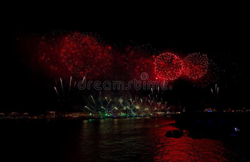 Feux d'artifice au-dessus de la lumière de vacances de l'eau Sc?ne de paysage urbain de nuit Rivi?re de Neva, St Petersburg, Russ image stock
