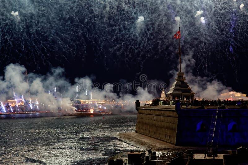 Feux d'artifice au-dessus de la lumière de vacances de l'eau Sc?ne de paysage urbain de nuit Rivi?re de Neva, St Petersburg, Russ images stock