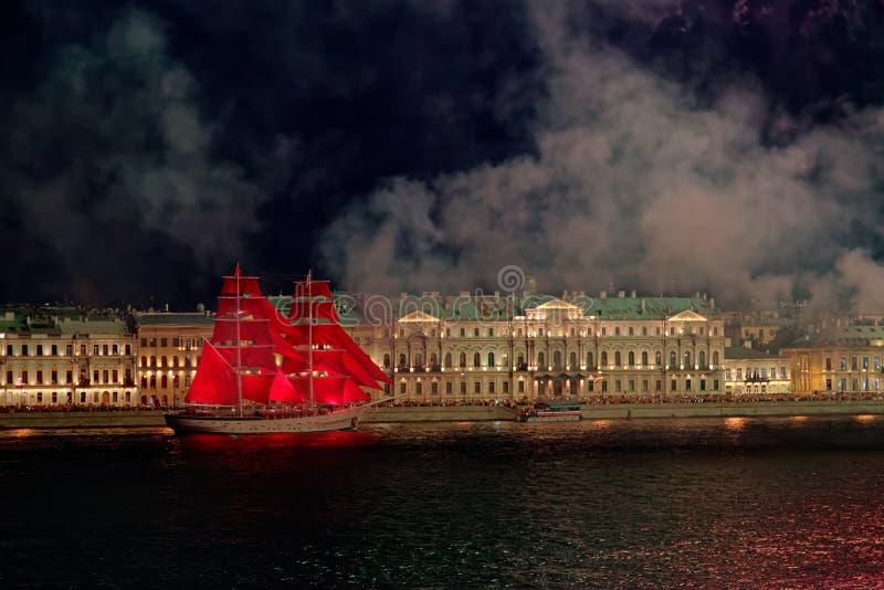 Feux d'artifice au-dessus de la lumière de vacances de l'eau Sc?ne de paysage urbain de nuit Rivi?re de Neva, St Petersburg, Russ photos libres de droits