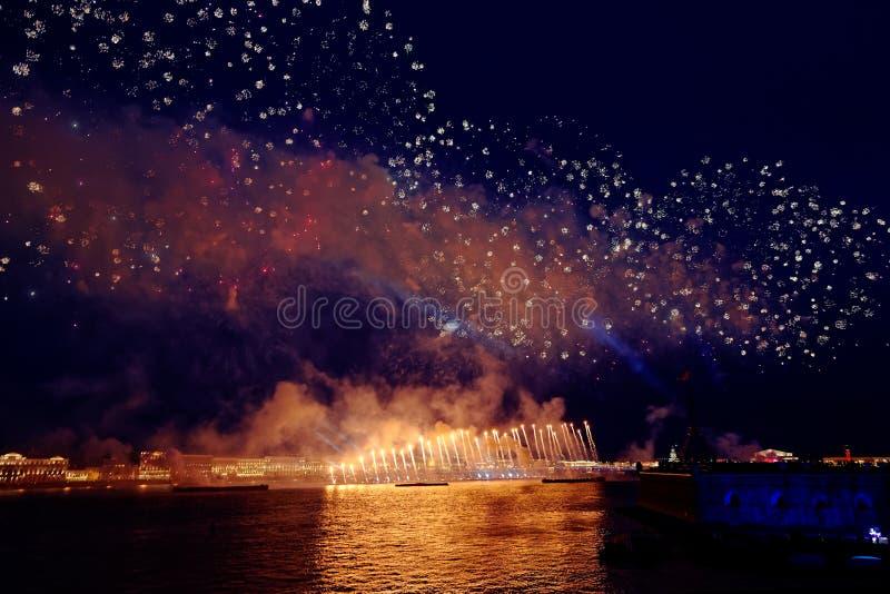 Feux d'artifice au-dessus de la lumière de vacances de l'eau Sc?ne de paysage urbain de nuit Rivi?re de Neva, St Petersburg, Russ photo libre de droits