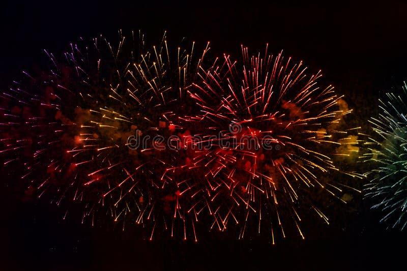Feux d'artifice au-dessus de la lumière de vacances de l'eau Sc?ne de paysage urbain de nuit Rivi?re de Neva, St Petersburg, Russ photo stock