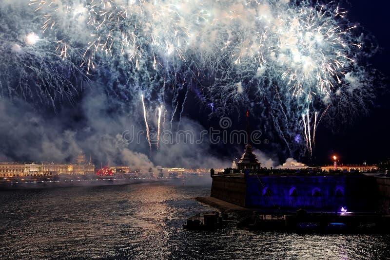 Feux d'artifice au-dessus de la lumière de vacances de l'eau Sc?ne de paysage urbain de nuit Rivi?re de Neva, St Petersburg, Russ images libres de droits