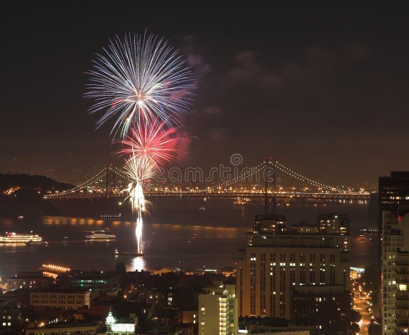 Feux d'artifice au-dessus de la passerelle de compartiment, San Francisco photo stock