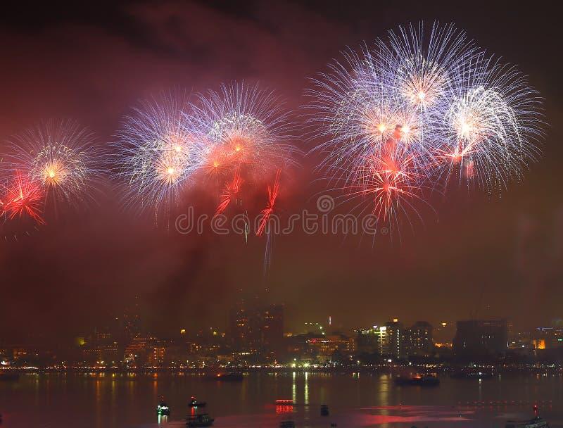 Feux d'artifice au-dessus de lac à Pattaya Thaïlande images stock