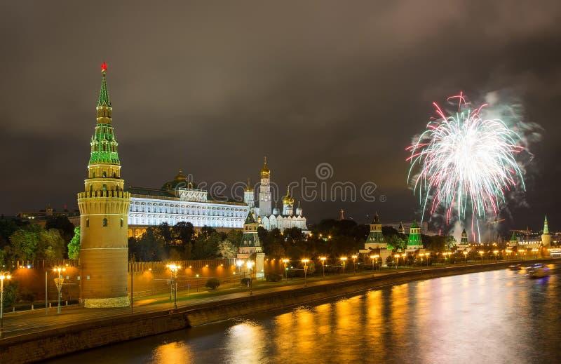 Feux d'artifice au-dessus de Moscou Kremlin image libre de droits