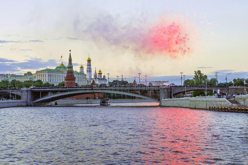 Feux d'artifice au-dessus de Moscou Kremlin, Russie images libres de droits