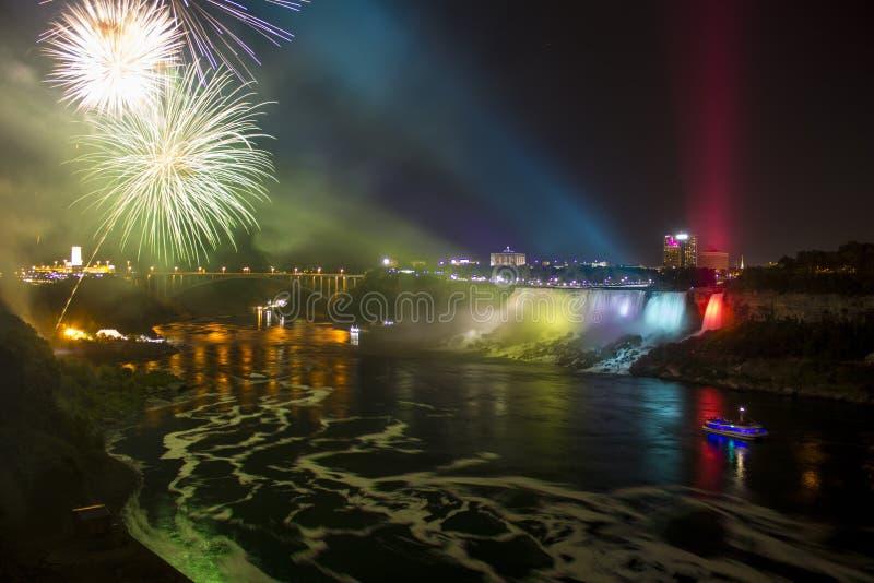 Feux d'artifice au-dessus des chutes du Niagara la nuit image stock
