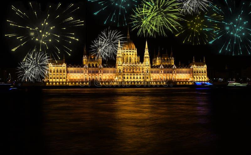 Feux d'artifice au-dessus du parlement de Budapest la nuit images libres de droits