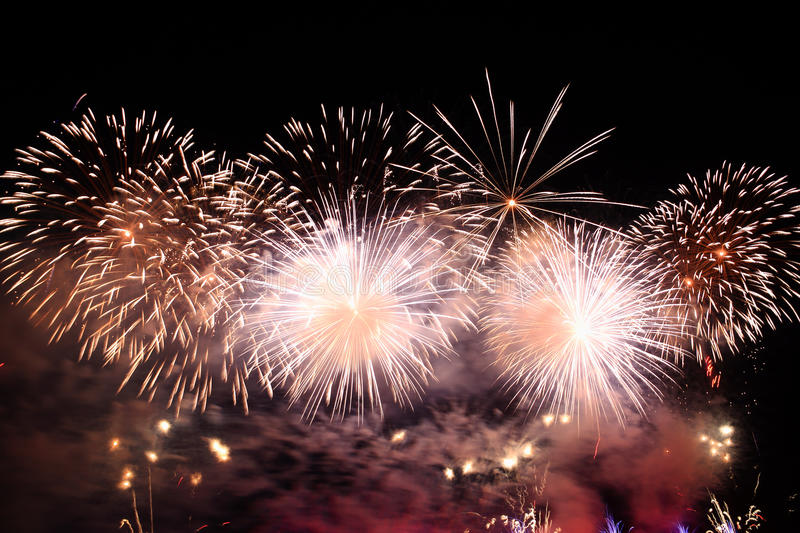 Feux d'artifice blancs et d'or images libres de droits