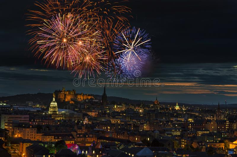 Feux d'artifice brillant au-dessus de la ville d'Edimbourg photo libre de droits