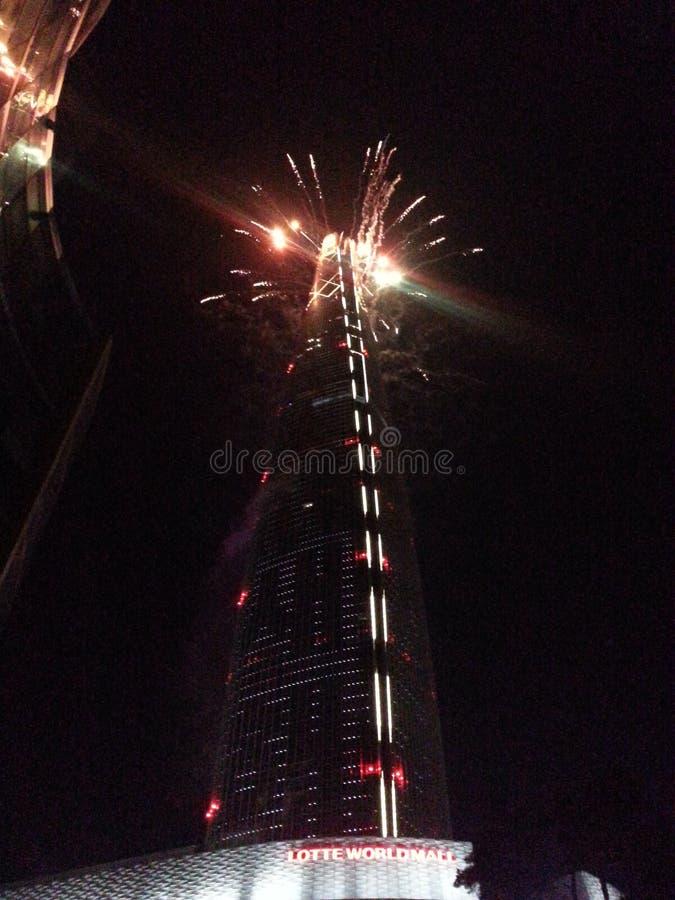 Feux d'artifice célébrant la nouvelle année en haut de Lotte World Tower images stock