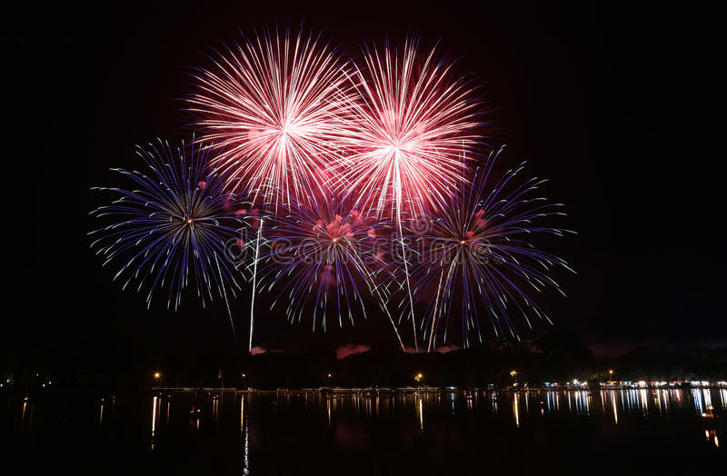 Feux d'artifice colorés images libres de droits