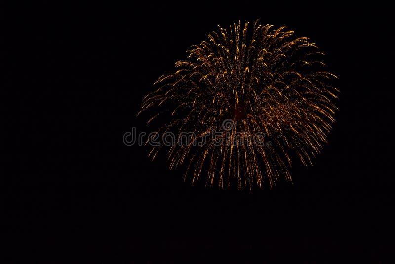 Feux d'artifice colorés dans le ciel de nuit photographie stock
