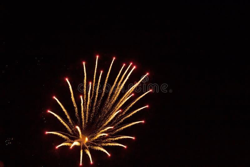 Feux d'artifice colorés dans le ciel de nuit image libre de droits
