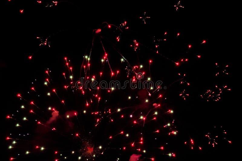 Feux d'artifice colorés dans le ciel de nuit photos libres de droits