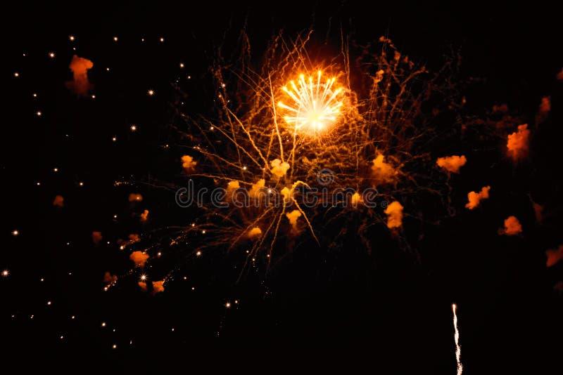 Feux d'artifice colorés dans le ciel de nuit photo libre de droits