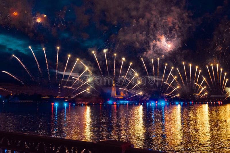 Feux d'artifice colorés la nuit à St Petersburg au-dessus du Neva pour photos stock