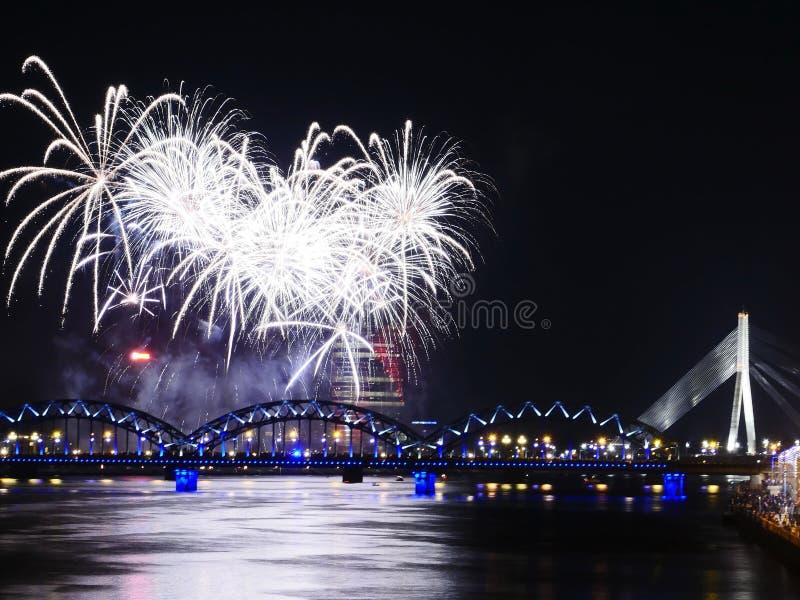 Feux d'artifice dans la grande ville Riga d'Eeuropean images libres de droits