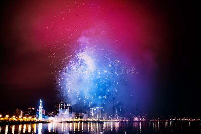 Feux d'artifice dans le ciel nocturne, Bakou photographie stock libre de droits