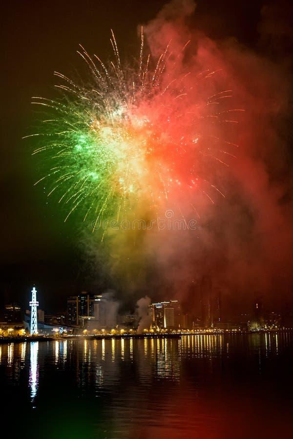 Feux d'artifice dans le ciel nocturne, Bakou photographie stock