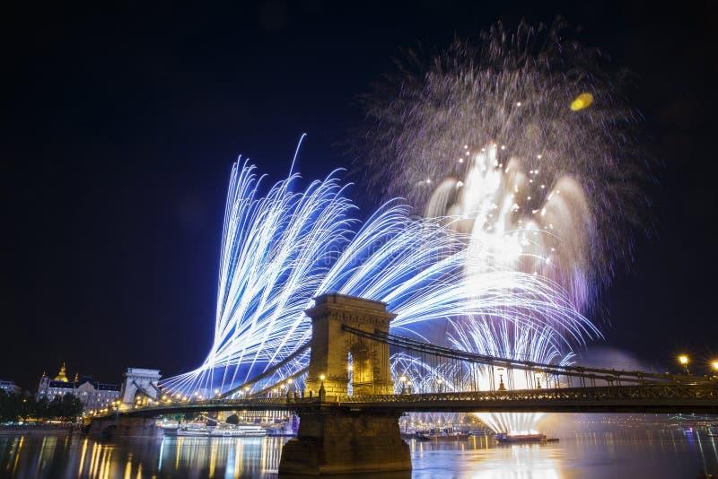Feux d'artifice dans le ciel nocturne de la vue de Budapest du illuminé images stock