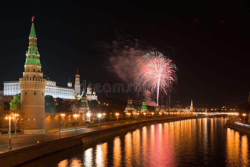 Feux d'artifice de fête au-dessus de Moscou Kremlin photos libres de droits