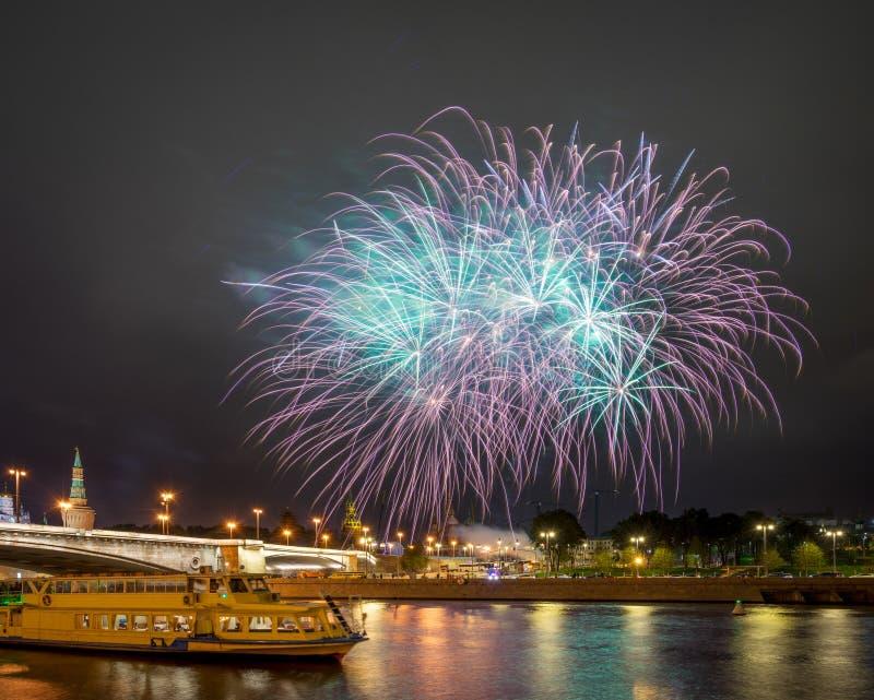Feux d'artifice de fête au-dessus de Moscou Kremlin image stock