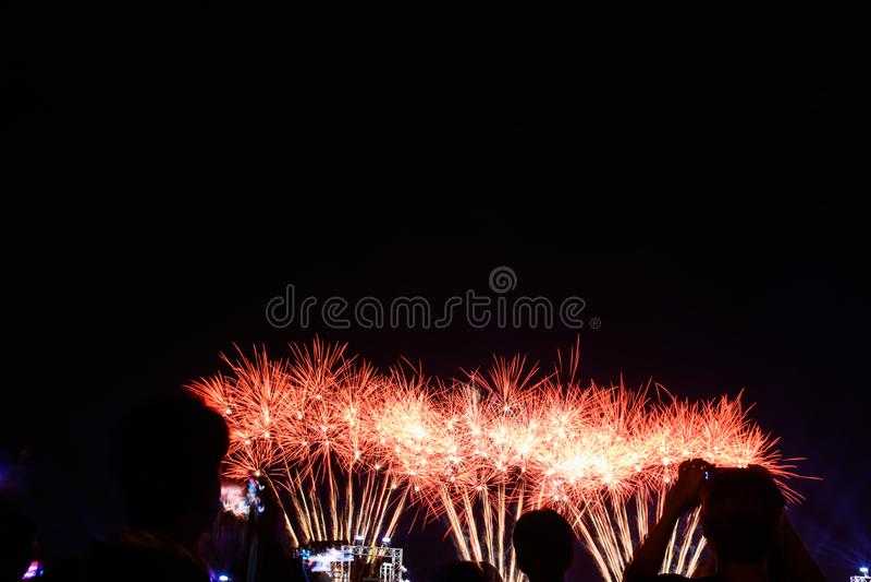 Feux d'artifice de foule et ville de observation de célébration fondée photographie stock libre de droits
