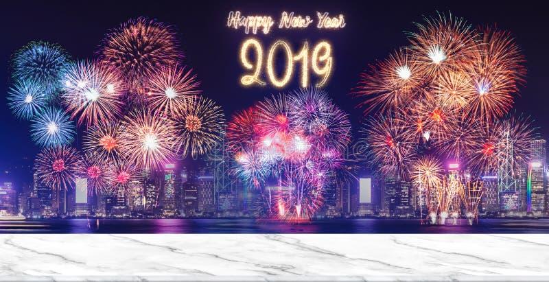 Feux d'artifice de la bonne année 2019 au-dessus du paysage urbain la nuit avec la table blanche vide de marlbe, de la moquerie d image libre de droits