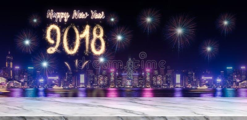 Feux d'artifice de la bonne année 2018 au-dessus du paysage urbain la nuit avec vide images stock