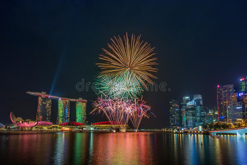 Feux d'artifice des célébrations SG50 en Marina Bay, Singapour photographie stock
