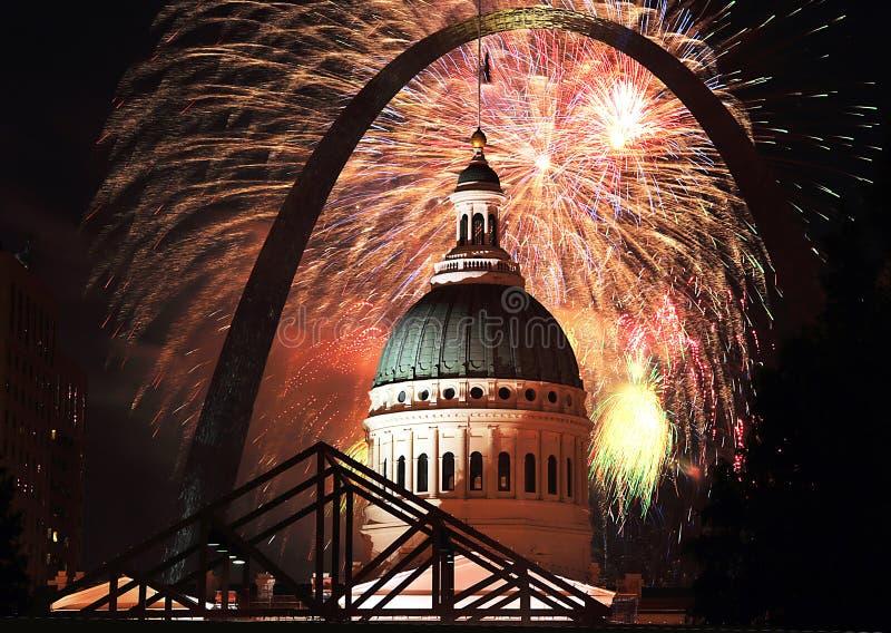 Feux d'artifice du 4 juillet à la voûte de St Louis images libres de droits