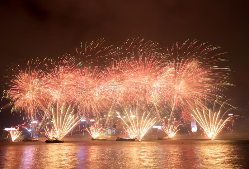 Feux d'artifice en célébration 2017 de Hong Kong New Year chez Victoria Harbor photographie stock libre de droits