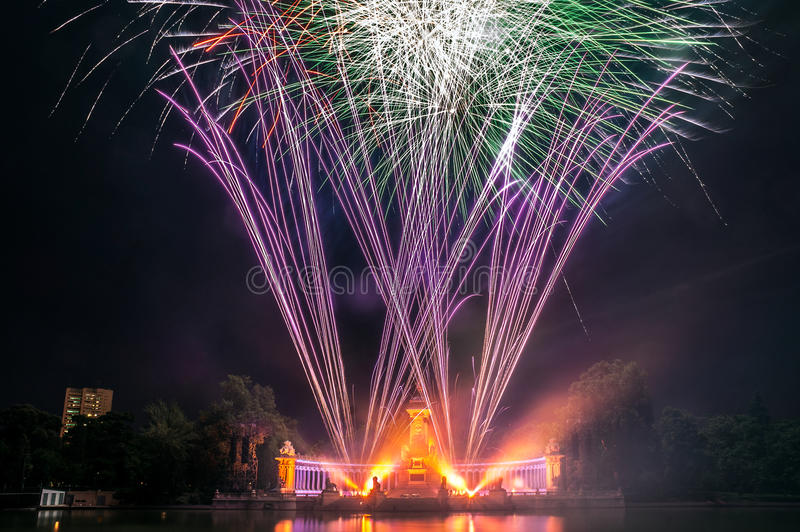 Feux d'artifice en parc de Buen Retiro, Madrid photos libres de droits