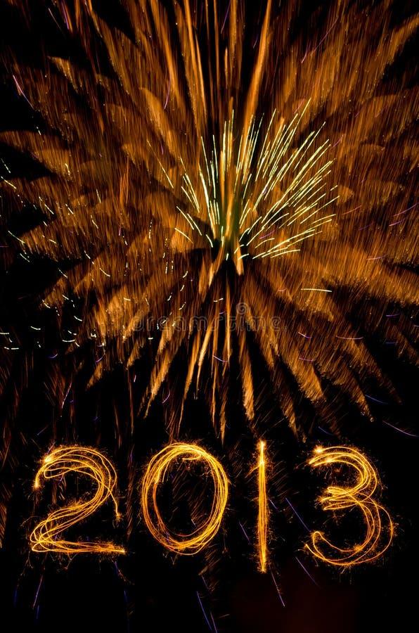 Feux d'artifice et 2013 d'or dans l'écriture de sparkler photo stock