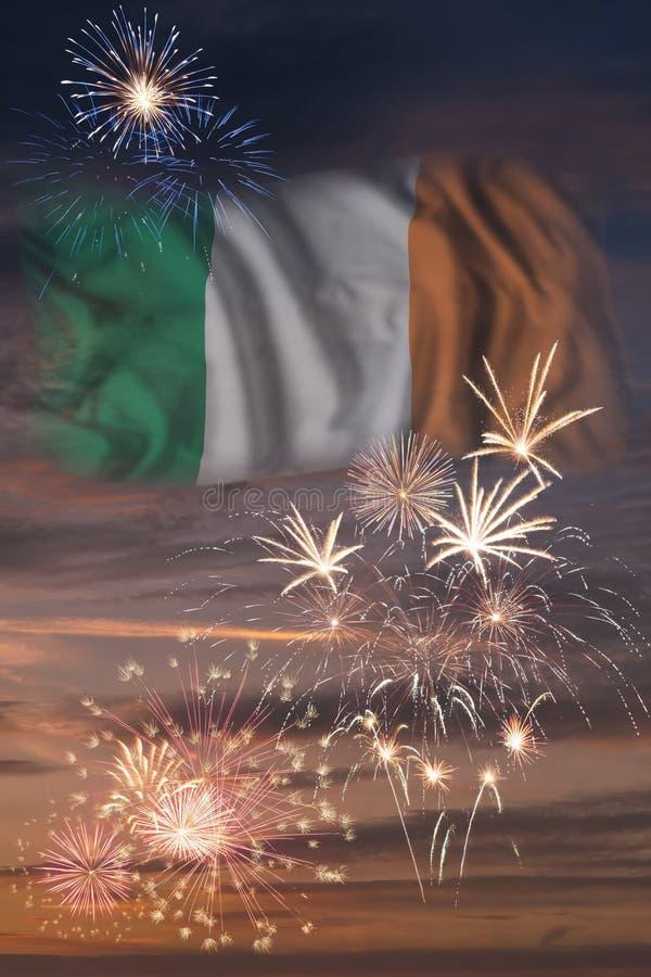 Feux d'artifice et drapeau de l'Irlande illustration stock