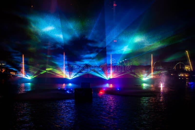 Feux d'artifice , fontaines de danse et lumières colorées dans l'Océan électrique à Seaworld 4 photo libre de droits