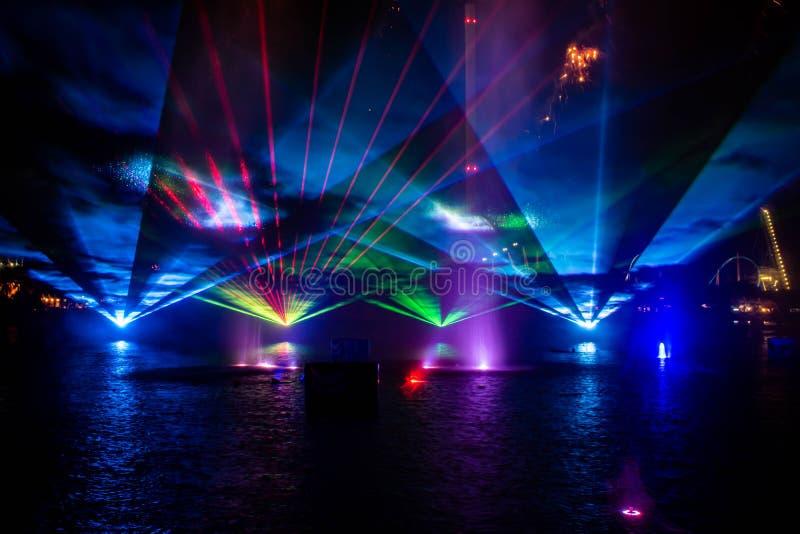Feux d'artifice , fontaines de danse et lumières colorées dans l'Océan électrique à Seaworld 2 photo libre de droits