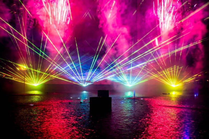 Feux d'artifice , fontaines de danse et lumières colorées dans l'Océan électrique à Seaworld 2 images stock