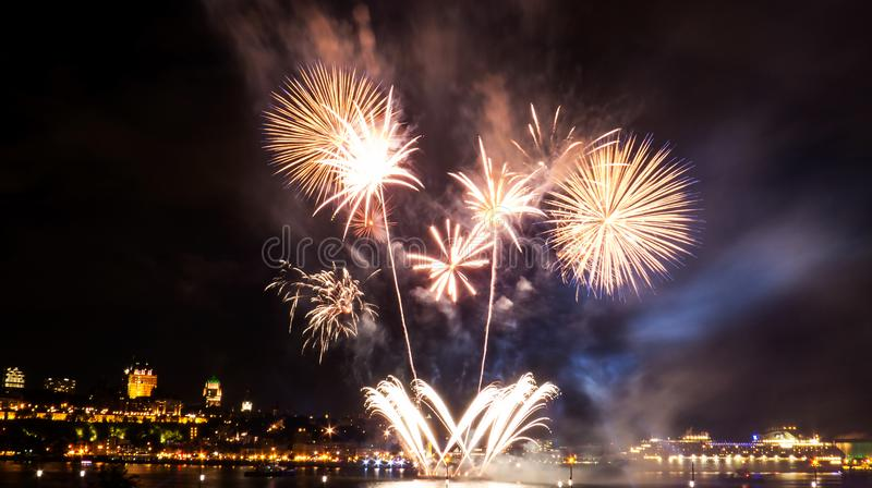 Feux d'artifice intenses au-dessus du fleuve Saint-Laurent photos libres de droits