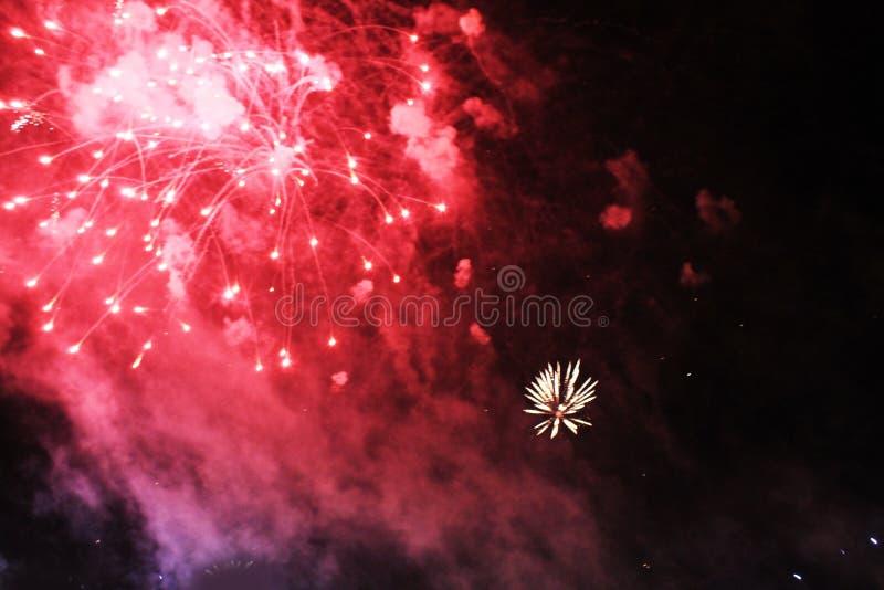 Feux d'artifice p?tard Fond c?leste Vague colorée du rouge lumineux, des lumières éclatantes dans le ciel nocturne pendant la nou images libres de droits