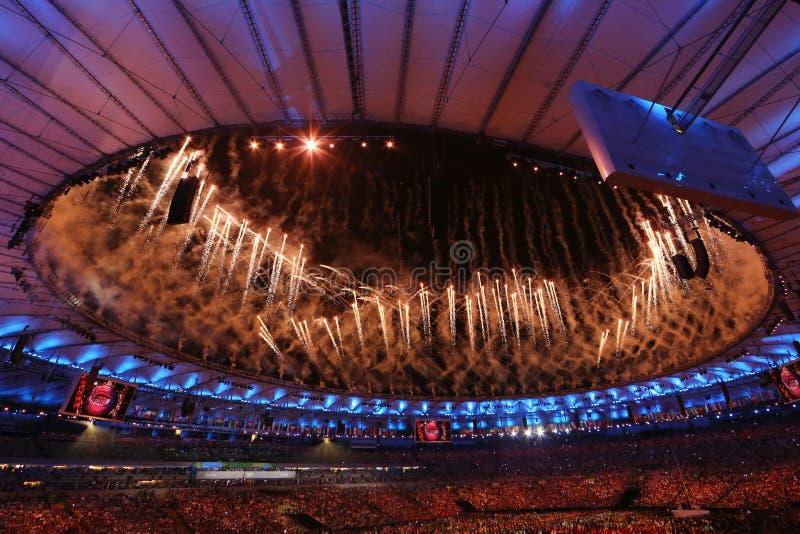 Feux d'artifice pendant la cérémonie d'ouverture de Jeux Olympiques de Rio 2016 au stade de Maracana en Rio de Janeiro photographie stock libre de droits